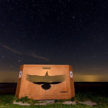 Het zeearendbord aan de rand van het Darkskypark Lauwersmeer.