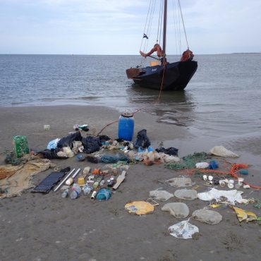 Vrijwilligers hebben via een vaartocht van Doe Eens Wad plastic opgeruimd vanaf 't Wad. FOTO: Nienke Dijkstra/Doe Eens Wad