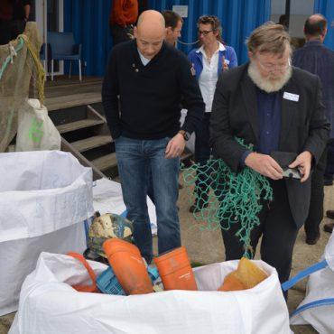 Plastic uitzoeken bij een vorige werkbijeenkomst bij Lauwersoog.
