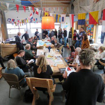 Zo'n 40 personen waren aanwezig in Lauwersoog voor bijeenkomst over Plastic Waddenzee