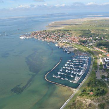 Luchtfoto van RWS luchtinspectie. Te zien is de haven van Terschelling, de Noordvaarder en in de verte nog Engelschhoek.