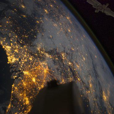 Vanuit de ruimte zicht op de waddenzee en de lichtvervuiling en de duisternis.
