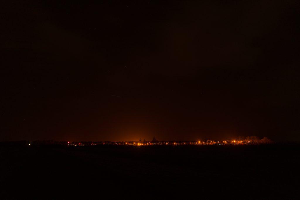 Er is veel meer duisternis door het speciale verlichtingsplan voor de Willem Lodewijk van Nassaukazerne bij het Lauwersmeer. Dit is de situatie met de nieuwe lichtarmatuur. Gemeten vanaf dezelfde plek. Defensie heeft zich aangesloten bij Dark Sky Werelderfgoed Waddengebied.