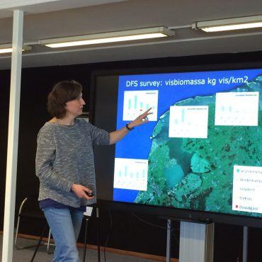 Tulp geeft uitleg over Swimway en monitoring vis.